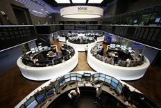 Помещение Франкфуртской фондовой биржи. 3 марта 2014 года. Европейские фондовые рынки снижаются накануне совещания министров финансов еврозоны, посвященного программе кредитования Греции. REUTERS/Ralph Orlowski