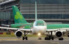 Des représentants syndicaux d'Aer Lingus ont annoncé qu'ils soutenaient désormais l'offre de rachat de la compagnie aérienne irlandaise par International Airlines Group après avoir pris connaissance de ses projets de développement. /Photo prise le 27 janvier 2015/REUTERS/Cathal McNaughton