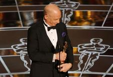 """J.K. Simmons receives the Oscar for actor in a supporting role for """"Whiplash""""  at the 87th Academy Awards in Hollywood, California February 22, 2015.  REUTERS/Mike Blake"""