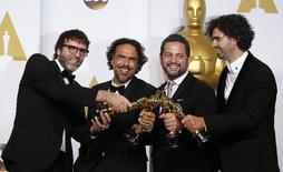 """Nicolas Giacobone, Alejandro G. Iñárritu, Alexander Dinelaris Jr. e Armando Bo posam com estatuetas do Oscar de """"Birdman"""". 22/02/2015 REUTERS/Lucy Nicholson"""