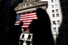 La Bourse de New York a ouvert lundi en légère baisse, refluant par rapport à leurs records atteints vendredi à la clôture dans la foulée de l'accord entre Européens sur la Grèce. Le Dow Jones perdait 0,37%, le S&P-500 reculait de 0,21% et le Nasdaq Composite était en revanche quasiment stable. /Photo d'archives/REUTERS/Chip East