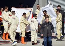 Equipe médica retira o piloto da McLaren Fernando Alonso após acidente em treino de F1 em Barcelona. 22/2/2015 REUTERS/stringer
