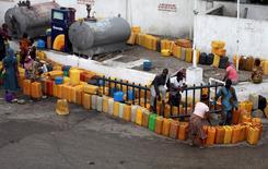 Imagen de archivo de unas personas en fila para comprar queroseno en Lagos, jun 9 2011. Nigeria pedirá una reunión extraordinaria de la OPEP si los precios del petróleo bajan más, dijo la ministra de Petróleo del país en una entrevista con el diario Financial Times, en una señal más de la creciente alarma por el impacto de la caída del crudo en las economías productoras. REUTERS/Akintunde Akinleye