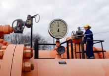 Инжинер на одной из станций газораспредилительной системы в Берегдароце, Венгрия 10 февраля 2015 года. Руководство Евросоюза в стремлении снизить зависимость блока от российского газа планирует представить закон, требующий от компаний запрашивать одобрение ЕС на заключение газовых контрактов, сообщила немецкая газета Sueddeutsche Zeitung. REUTERS/Laszlo Balogh