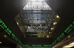 Les principales Bourses européennes sont quasiment inchangées mardi à l'ouverture dans une période de flottement après l'accord sur la Grèce et avant le discours de Janet Yellen, la présidente de la Réserve fédérale américaine. Après trois jours de fermeture, la Bourse d'Athènes réagit à son tour à l'accord conclu vendredi soir et son indice phare bondit de 7,2%. /Photo prise le 3 février 2015/REUTERS/Yannis Behrakis