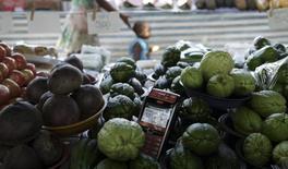 Una máquina lectora de tarjetas de crédito en medio de vegetales en una feria en Sao Paulo, ene 6 2015. Los precios al consumidor en Brasil subieron al ritmo más fuerte en 12 años en el mes transcurrido hasta mediados de febrero, impulsados por un fuerte aumento en las tarifas de electricidad, los precios de los alimentos y los costos de las matrículas estudiantiles, mostraron el martes datos oficiales. REUTERS/Nacho Doce