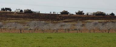 Milicianos del Estado Islámico secuestraron al menos a 150 personas de pueblos cristianos asirios que atacaron en el noreste de Siria, dijeron el martes activistas sirios cristianos. En la imagen, tanques turcos que participaron en una operación en Siria, cerca de la frontera en Mursitpinar en la población de Suruc, el 23 de febrero de 2015. REUTERS/Stringer