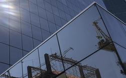 Reflexo de um canteiro de obras nos vidros de um prédio comercial em São Paulo. 29/08/2013 REUTERS/Nacho Doce