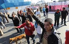 Imagen de archivo de una protesta de trabajadores portuarios en Valparaíso, Chile, abr 5 2013. El desempleo en Chile habría subido al 6,2 por ciento en el trimestre móvil noviembre-enero, debido a menores contrataciones del sector privado en medio de la debilidad que enfrenta la economía local, reveló el miércoles un sondeo de Reuters. REUTERS/Eliseo Fernandez