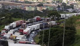 Caminhoneiros protestam na BR-381 em Betim, Minas Gerais. 24/02/2015 REUTERS/Washington Alves