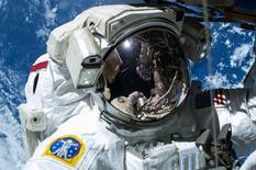 """Astronauta da Nasa Barry """"Butch"""" Wilmore, em caminhada no espaço do lado de fora da Estação Espacial Internacional. 21/02/105  REUTERS/Nasa/Divulgação"""