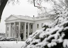 The White House is seen after snow hit the Washington area December 5, 2007. REUTERS/Yuri Gripas