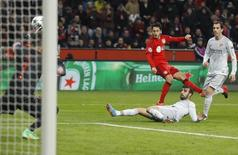 Bayer Leverkusen's Hakan Calhanoglu (C) scores a goal past Atletico Madrid's goalkeeper Miguel Angel Moya (L) during their Champions League round of 16, first leg soccer match in Leverkusen February 25, 2015.            REUTERS/Ina Fassbender