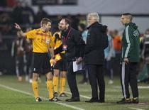 O árbitro Clement Turpin conversa com uma autoridade da Uefa ao pedir uma pausa durante o jogo da Liga Europa entre Feyenoord e Roma devido a distúrbio da torcida, em Roterdã. 26/02/2015 REUTERS/Michael Kooren