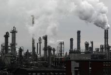 Usine BASF de Ludwigshafen en Allemagne. Le numéro un mondial de la chimie par le chiffre d'affaires a dégagé un bénéfice d'exploitation trimestriel en hausse de 2,8% et meilleur qu'attendu, les bonnes performances de ses pesticides et de ses produits pétrochimiques de base ayant compensé l'impact de la chute des cours des hydrocarbures sur celles de sa division de pétrole et de gaz.  /Photo d'archives/REUTERS/Alex Domanski