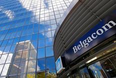 Belgacom s'attend pour 2015 à un chiffre d'affaires et un excédent brut d'exploitation sous-jacents stables ou en légère hausse après une baisse l'an dernier. L'Ebitda (bénéfice avant impôt, charges financières, dépréciation et amortissement) sous-jacent du groupe a reculé de 4,7% au quatrième trimestre à 380 millions d'euros en 2014. /Photo d'archives/REUTERS/Yves Herman