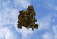 Долларовые банкноты. Севилья, 16 ноября 2014 года. Доллар прекратил расти, достигнув месячного максимума к корзине основных валют за счет экономической статистики США и комментариев чиновников ФРС. REUTERS/Marcelo del Pozo