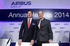 La firma europea Airbus Group asumió el viernes un cargo de 551 millones de euros debido a sus últimos retrasos en el transporte militar A400M y tasas ajustadas de producción civil, al tiempo que anunció un aumento de los ingresos y en sus ganancias estructurales. En la imagen, el consejero delegado de Airbus, Tom Enders, y el director financiero, Harald Wilhelm, (izquierda) posan en la rueda de prensa anual de la empresa en Múnich, el 27 de febrero de 2015. . REUTERS/Michaela Rehle