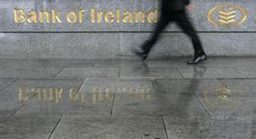 Bank of Ireland, la première banque irlandaise par les actifs, a publié vendredi son premier bénéfice annuel depuis la crise financière de 2008 grâce à la croissance des nouveaux prêts et à des reprises de provisions sur créances douteuses.  /Photo d'archives/REUTERS/Luke MacGregor