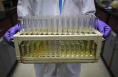 GlaxoSmithKline et Novartis ont annoncé lundi avoir mené à leur terme une série d'échanges d'actifs d'une valeur de plus de 20 milliards de dollars (17,9 milliards d'euros) qui se traduit par une réorganisation en profondeur des deux laboratoires. /Photo d'archives/REUTERS/Danish Siddiqui