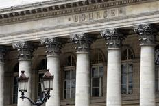 Les Bourses européennes ont ouvert sans grand changement lundi. À Paris, l'indice CAC 40 cédait 0,03% vers 8h30 GMT, à Francfort, le Dax gagnait 0,41% et à Londres, le FTSE prenait 0,3%. /Photo d'archives/REUTERS/Charles Platiau