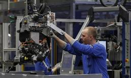 Les résultats définitifs de l'enquête mensuelle de Markit auprès des directeurs d'achats montrent que la croissance du secteur manufacturier dans l'ensemble de la zone euro est restée stable en février, à son plus haut niveau depuis six mois, la faiblesse de l'euro favorisant les commandes à l'export et l'augmentation des effectifs. En France, l'activité dans le secteur manufacturier s'est contractée pour le dixième mois consécutif. /Photo d'archives/REUTERS/Ina Fassbender