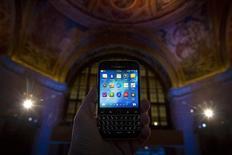 """BlackBerry a annoncé au Mobile World Congress de Barcelone qu'il allait proposer une version """"cloud"""" de sa plate-forme de gestion de terminaux mobiles BES12, afin de la rendre plus accessible aux petites et moyennes entreprises. /Photo prise le 17 décembre 2014/REUTERS/Brendan McDermid"""