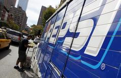 """Рабочий разгружает фургон Pepsi в Нью-Йорке. 8 октября 2009 года. PepsiCo на фоне снижения объемов сокового рынка и """"с целью оптимизации производственных мощностей"""" к лету закроет завод по производству соков в городе Раменское Московской области, перенеся 3 производственные линии на свои другие заводы, а остальные мощности заморозив до лучших времен. REUTERS/Chip East"""