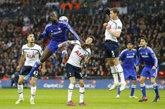 Jogador do Chelsea Kurt Zouma disputa bola pelo alto em partida contra o Tottenham. 01/03/2015 RREUTERS / Darren Staples