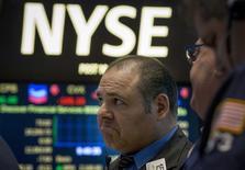 Un operador en la bolsa de Wall Street en Nueva York, mar 2 2015. Las acciones subían el lunes en la bolsa de Nueva York y el índice Nasdaq superaba los 5.000 puntos por primera vez en 15 años, después de que una serie de datos mixtos en Estados Unidos apuntaban a una lenta aceleración de la economía. REUTERS/Brendan McDermid