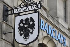 Barclays a plus que doublé ses provisions pour frais juridiques liés notamment à des soupçons de manipulation des taux de change, à 1,25 milliard de livres sterling (1,72 milliard d'euros). Le bénéfice annuel de la banque britannique a néanmoins augmenté plus que prévu (+12%) en raison d'une politique de réduction drastique des coûts. /Photo prise le 30 juillet 2014/REUTERS/Toby Melville