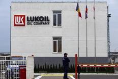 Офис на территории НПЗ Лукойла в Румынии. 2 октября 2014 года. Крупнейший в РФ частный нефтепроизводитель Лукойл снизил чистую прибыль акционеров по стандарту GAAP на 39 процентов до $4,75 миллиарда, существенно не дотянув до прогноза. REUTERS/Bogdan Cristel