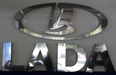Логотип Lada в дилерском центре в Санкт-Петербурге. 9 июля 2014 года. Российский автогигант Автоваз снизил продажи автомобилей Lada в РФ в феврале 2015 года на 23,5 процента до 23.639 штук, сообщил журналистам вице-президент по продажам и маркетингу Денис Петрунин. REUTERS/Alexander Demianchuk