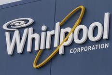 Logo da companhia Whirpool em frente fábrica em Cleveland.  21/08/2013  REUTERS/Chris Berry