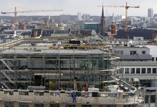 A Francfort. L'Allemagne, qui a dégagé l'an dernier son premier excédent budgétaire depuis 1969, va accroître ses dépenses d'investissement d'environ cinq milliards d'euros sur les trois prochaines années en plus des 10 milliards déjà annoncés. /Photo d'archives/REUTERS/Kai Pfaffenbach