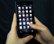 BlackBerry a dévoilé mardi au Mobile World Congress (MWC) à Barcelone un smartphone de milieu de gamme baptisé Leap, destiné à remplacer le Z3 lancé il y a un an dans l'espoir de séduire les utilisateurs de certains marchés émergents. /Photo prise le 3 mars 2015/REUTERS/Gustau Nacarino