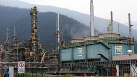 Una refinería de Petrobras en Cubatao, Brasil, feb 25 2015. Brasil produjo en enero más de 3 millones de barriles de petróleo y de gas natural equivalente por día (bped) por segundo mes consecutivo, un incremento de más de 20 por ciento frente al mismo mes del año pasado.      REUTERS/Paulo Whitaker
