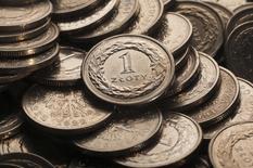 Монеты польской валюты злотый в Варшаве 13 января 2011 года. Польше не угрожает избыточный рост кредитования, а Центробанку следует сократить ключевую ставку, одну из самых высоких в Европе, чтобы ускорить развитие, считает вице-премьер страны Януш Пехочиньский. REUTERS/Kacper Pempel