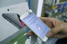 Una persona revisa un teléfono iPhone6 en una tienda en Moscú, sep 26 2014. Apple Inc fue el mayor vendedor de smartphones a nivel global en el cuarto trimestre de 2014 y superó a Samsung Electronics Co Ltd por primera vez desde 2011, según la firma de investigación Gartner. REUTERS/Maxim Shemetov