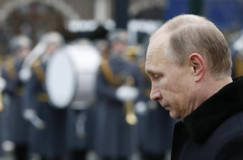 Russian President Vladimir Putin attends a wreath-laying ceremony to mark the Defender of the Fatherland Day at the Tomb of the Unknown Soldier by the Kremlin walls in central Moscow February 23, 2015. REUTERS/Sergei Karpukhin