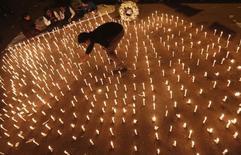 Manifestação em homenagem a mulher vítima de estupro em Nova Délhi em dezembro de 2012. 16/12/2013 REUTERS/Adnan Abidi