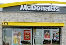 """Un restaurante de la cadena McDonald's en Encinitas, EEUU, ene 29 2015. Los restaurantes de McDonald's Corp dejarán de adquirir de forma gradual pollos criados con antibióticos para combatir infecciones humanas, la decisión más agresiva tomada por una gran compañía alimentaria para obligar a los productores a cambiar sus prácticas en la lucha contra las peligrosas """"superbacterias"""".  REUTERS/Mike Blake"""