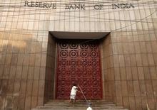 El edificio del banco central de India en Calcuta, dic 18 2013. El banco central de India bajó inesperadamente el miércoles su tasa de política monetaria, por segunda vez este año, respaldando los esfuerzos del Gobierno para alentar el crecimiento económico en la medida en que la inflación se modera. REUTERS/Rupak De Chowdhuri
