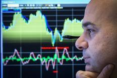 Un operador en la bolsa de Wall Street en Nueva York, feb 26 2015. Las acciones cerraron en baja el miércoles en la bolsa de Nueva York por segundo día consecutivo, porque los inversores prefirieron tomarse un respiro tras los recientes avances esperando los datos de empleo que se conocerán el viernes. REUTERS/Brendan McDermid