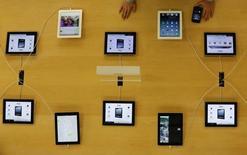 Apple va reporter à septembre la mise en production d'un nouveau modèle de sa tablette tactile iPad doté d'un écran de 12,9 pouces (32,8 cm) en raison de problèmes d'approvisionnement en écrans, selon Bloomberg News, qui cite plusieurs sources proches du projet. /Photo d'archives/REUTERS/Kim Kyung-Hoon