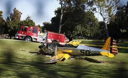 Avião se envolve em acidente no Penmar Golf Course, em Venice, na Califórnia, Estados Unidos, nesta quinta-feira. Segundo o site de celebridades TMZ, o piloto era o ator Harrison Ford, que teria ficado gravemente ferido. REUTERS/Lucy Nicholson