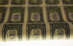 Produção de notas de dólar norte-americano, em Washington, nos Estados Unidos, em novembro do ano passado. 14/11/2014 REUTERS/Gary Cameron