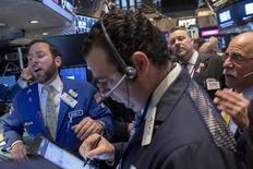 Трейдеры на фондовой бирже в Нью-Йорке. 5 марта 2015 года. Фондовые рынки США выросли в четверг при пониженном объеме торгов накануне публикации отчета о занятости, который повлияет на решение ФРС о повышении процентных ставок. REUTERS/Brendan McDermid