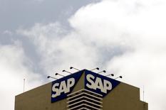 SAP, premier éditeur européen de logiciels, a l'intention de supprimer environ 2.250 emplois, soit près de 3% de ses effectifs globaux, dans le but d'accélérer le développement de ses ventes en ligne. /Photo d'archives/REUTERS/Punit Paranjpe