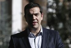 El primer ministro griego, Alexis Tsipras, saliendo del palacio presidencial, en Atenas, 4 mar, 2015. El primer ministro griego, Alexis Tsipras, quiere emitir deuda a corto plazo para subsanar la brecha de financiamiento de su Gobierno y advirtió en una entrevista que si el Banco Central Europeo lo objeta, estaría asumiendo una grave responsabilidad. REUTERS/Alkis Konstantinidis